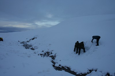 Winter skills - At the Snow-hole site.